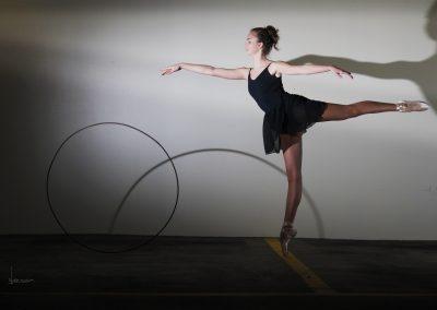 dansen met een ouderwetse hoepel, spelen met schaduw