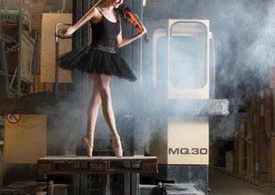 Viool en danseres in bouwmaterialhal